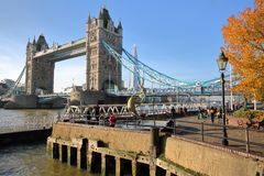 伦敦,英国- 2016年12月11日:塔桥梁的看法从圣Katharine的在背景中靠码头与碎片 免版税库存图片