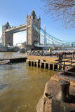 伦敦,英国- 2016年12月11日:塔桥梁的看法从圣Katharine的在背景中靠码头与碎片 库存图片