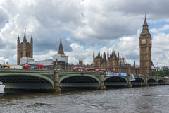 伦敦,英国- 2016年6月15日:威斯敏斯特桥梁和大本钟,伦敦,英国 免版税库存图片