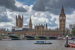 伦敦,英国- 2016年6月15日:威斯敏斯特桥梁和大本钟,伦敦,英国 库存照片