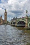 伦敦,英国- 2016年6月15日:威斯敏斯特桥梁和大本钟,伦敦,英国 免版税库存照片