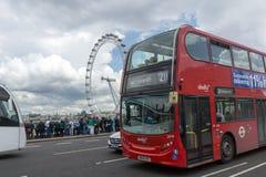 伦敦,英国- 2016年6月15日:威斯敏斯特桥梁和红色公共汽车,伦敦,英国 免版税库存照片