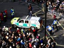 伦敦,英国- 2016年2月14日:救护车急救在r的汽车为时 图库摄影
