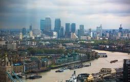 伦敦,英国- 2015年9月17日:有泰晤士河的伦敦全景、桥梁和金丝雀码头银行业务和商业区 免版税库存照片