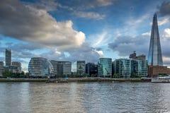 伦敦,英国- 2016年6月15日:有碎片摩天大楼和泰晤士河的,英国日落全景 免版税图库摄影