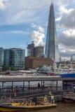 伦敦,英国- 2016年6月15日:有碎片摩天大楼和泰晤士河的,英国日落全景 免版税库存图片