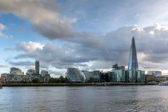 伦敦,英国- 2016年6月15日:有碎片摩天大楼和泰晤士河的,英国日落全景 库存图片