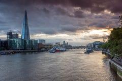 伦敦,英国- 2016年6月15日:有碎片摩天大楼和泰晤士河的,英国日落全景 图库摄影