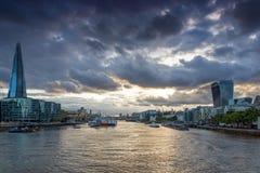 伦敦,英国- 2016年6月15日:有碎片摩天大楼和泰晤士河的,英国日落全景 免版税库存照片