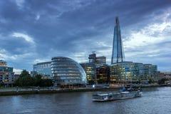 伦敦,英国- 2016年6月15日:有碎片摩天大楼和泰晤士河的,英国日落全景 库存照片