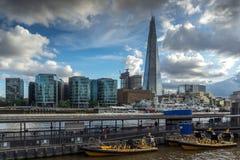 伦敦,英国- 2016年6月15日:有碎片摩天大楼的全景从泰晤士河,大英国 免版税库存图片