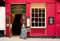 伦敦,英国- 2010年8月17日:有红色facad的典型的英国客栈 免版税库存照片