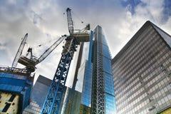 伦敦,英国- 2014年4月24日:有起重机的建筑工地在全球性财务的领导中心的伦敦市一 库存图片