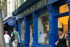 伦敦,英国- 2016年8月31日:未认出的妇女退出位于尼尔街道的占星术商店 图库摄影
