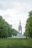 伦敦,英国- 9月15日:树被排行的领域在肯辛顿庭院里 库存照片