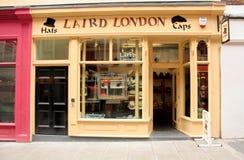 伦敦,英国- 2010年8月17日:沿伦敦街道的空的帽店 免版税库存图片