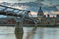 伦敦,英国- 2016年6月17日:泰晤士河、千年桥梁和圣保罗大教堂,伦敦夜照片  免版税库存照片