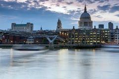 伦敦,英国- 2016年6月17日:泰晤士河、千年桥梁和圣保罗大教堂,伦敦夜照片  库存照片