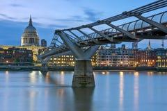 伦敦,英国- 2016年6月17日:泰晤士河、千年桥梁和圣保罗大教堂,伦敦夜照片  库存图片