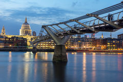 伦敦,英国- 2016年6月17日:泰晤士河、千年桥梁和圣保罗大教堂,伦敦夜照片  免版税图库摄影