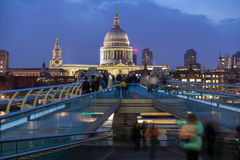 伦敦,英国- 2016年6月17日:泰晤士河、千年桥梁和圣保罗大教堂,伦敦夜照片  免版税库存图片