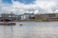 伦敦,英国- 2016年6月15日:泰晤士河全景在伦敦市,英国 图库摄影