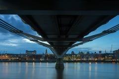 伦敦,英国- 2016年6月17日:泰晤士河和千年桥梁,伦敦夜照片  库存图片