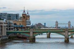 伦敦,英国- 2016年6月17日:泰晤士河和塔桥梁,伦敦日落照片  库存图片