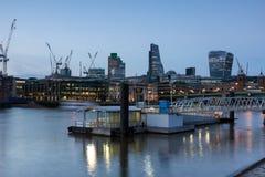 伦敦,英国- 2016年6月17日:泰晤士河和摩天大楼,伦敦夜照片  库存图片