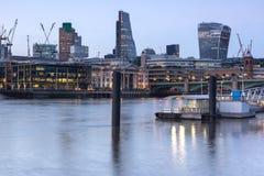 伦敦,英国- 2016年6月17日:泰晤士河和摩天大楼,伦敦夜照片  免版税库存照片