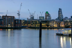 伦敦,英国- 2016年6月17日:泰晤士河和摩天大楼,伦敦夜照片  免版税库存图片