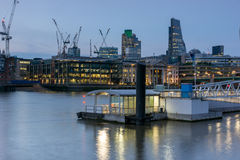 伦敦,英国- 2016年6月17日:泰晤士河和摩天大楼,伦敦夜照片  库存照片