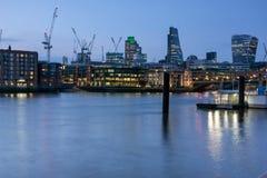 伦敦,英国- 2016年6月17日:泰晤士河和摩天大楼,伦敦夜照片  免版税图库摄影