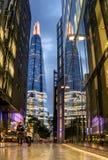 伦敦,英国- 2016年10月4日:现代建筑学和人步行 免版税库存照片