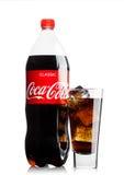 伦敦,英国- 2017年6月9日:瓶和玻璃与可口可乐软饮料冰块在白色 可口可乐公司,美国mul 库存图片