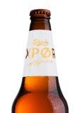 伦敦,英国- 2017年5月15日:瓶嘉士伯在白色,丹麦酿造的公司的出口啤酒在1847年创办的与总部所在地 图库摄影
