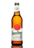 伦敦,英国- 2017年3月21日:瓶在白色的皮尔逊Urquell啤酒 它自1842在Pilsen,捷克以来被生产了 库存图片