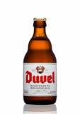 伦敦,英国- 2017年3月30日:瓶在白色的Duvel啤酒 Duvel是佛兰芒人生产的强的金黄强麦酒家庭控制 库存图片