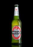 伦敦,英国- 2017年3月15日:瓶在黑背景的小河啤酒 小河啤酒厂在1873年被创办了在布里曼,德国 库存图片