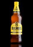 伦敦,英国- 2017年3月15日:瓶在黑背景的Bulmers原始的萍果汁 它是其中一个主导的英国萍果汁品牌 库存图片