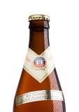 伦敦,英国- 2017年3月15日:瓶埃丁格在白色的麦子啤酒 埃丁格是世界` s最大的麦子啤酒增殖比的产品 库存图片