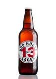 伦敦,英国- 2017年3月30日:瓶蛇麻草议院13在白色的储藏啤酒 库存照片