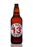 伦敦,英国- 2017年3月30日:瓶蛇麻草议院13在白色的储藏啤酒 库存图片