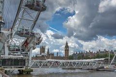 伦敦,英国- 2016年6月15日:眼睛、威斯敏斯特桥梁和大本钟,伦敦,英国 图库摄影