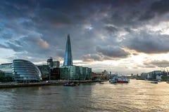 伦敦,英国- 2016年6月15日:碎片摩天大楼和香港大会堂的日落照片从泰晤士河,大英国 图库摄影