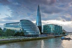 伦敦,英国- 2016年6月15日:碎片摩天大楼和香港大会堂从泰晤士河,伟大的Brita的惊人的日落照片 免版税库存照片