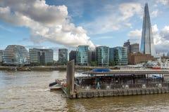 伦敦,英国- 2016年6月15日:碎片摩天大楼的夜照片从泰晤士河,大英国的 库存图片