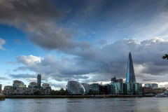 伦敦,英国- 2016年6月15日:碎片摩天大楼的日落照片从泰晤士河,大英国的 图库摄影