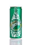 伦敦,英国- 2016年12月06日:罐Perrier闪耀的矿泉水 Perrier是自然被装瓶的矿泉水法国品牌  免版税库存照片