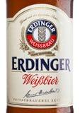 伦敦,英国- 2017年3月15日:装瓶埃丁格在白色的麦子啤酒标签  埃丁格是世界` s最大的麦子b的产品 图库摄影